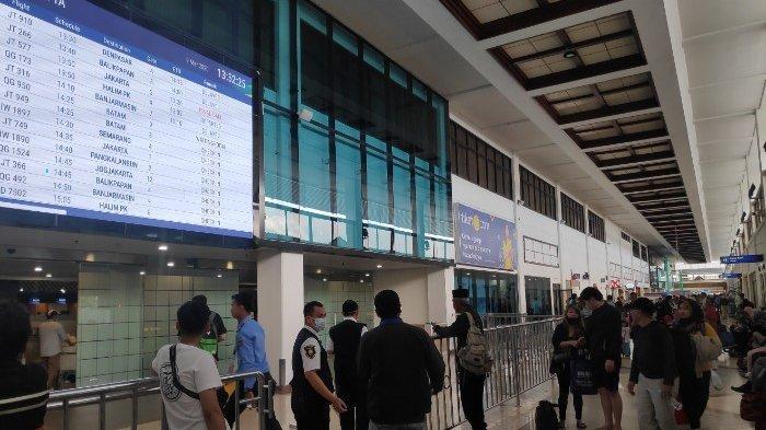 """Maskapai Air Asia Menangguhkan Sejumlah Jadwal Penerbangan Menyusul Negara Malaysia """"Lockdown""""."""