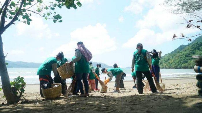 Siapkan Destinasi Wisata ASN Dan Warga Trenggalek Bersih Bersih Sampah Pantai