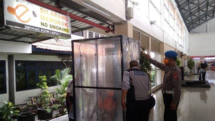 Penumpang Bus Di Terminal Purabaya Wajib Masuk Bilik Sterilisasi Cuci Tangan danThermal Scanner
