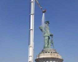 Bronto Skylift Bersihkan Patung Monumen Jalesveva Jayamaha Di Koarmada 2 Dari Atas
