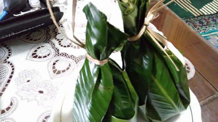 Taoge goreng dengan bungkus daun patat untuk dimakan di rumah atau oleh oleh
