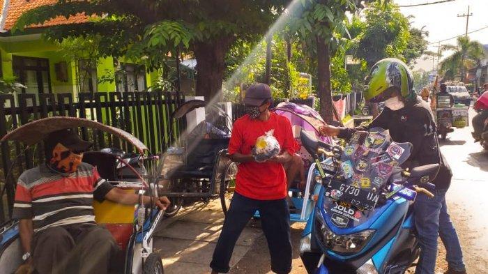 16 Komunitas Motor Bold Riders Surabaya Bagikan Ribuan Paket Lawan Corona ke Pekerja Jalanan