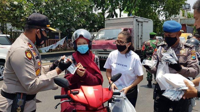 Komunitas Unity With The King Bagi-bagi Bingkisan Bagi Pengendara yang Pakai Masker Secara Benar