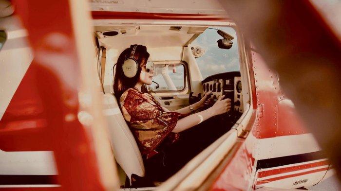 Bangga Jadi Pilot Luxiediandra Terbang Pakai Kain Batik Dan Menikmati Keindahan Alam Dari Udara
