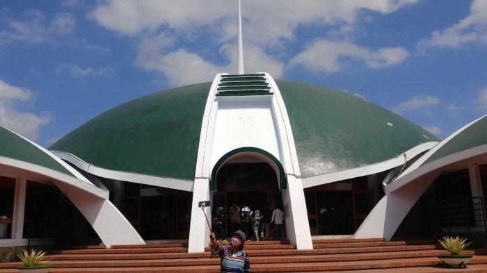 Masjid Jami Al Baitul Amien Jember dengan ikonik kubah berwarna hijau