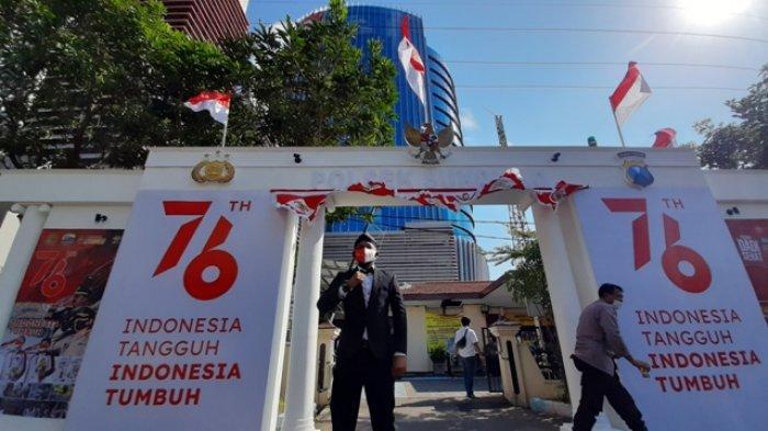 Cara Unik Meriahkan HUT Kemerdekaan RI Boyong Gerbang Istana Merdeka Ke Polsek Sukolilo