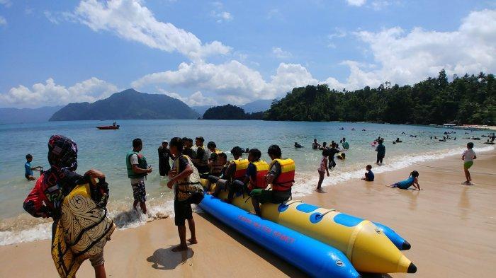 Serunya Main Banana Boat dan Perahu di Pantai Pasir Putih Karanggongso Trenggalek