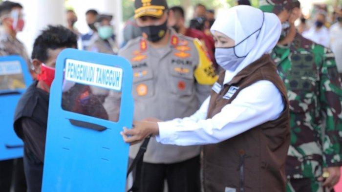 Cegah Penularan Covid-19 Ratusan Driver Ojek di Surabaya Dapat Bantuan Partisi  Di Punggung