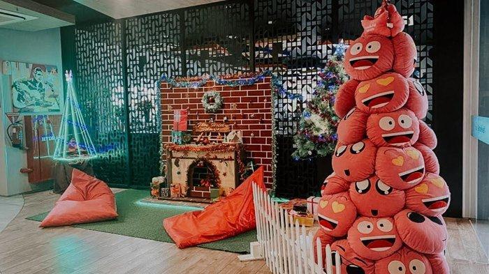 Sambut Natal, Favehotel Sidoarjo Pasang Pohon Natal Dari Bantal Emoticon