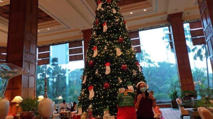 Ada Pohon Natal 4 Meter Dengan Hiasan Kaus Kaki di Shangri-La Hotel Agar Tamu Bisa Beramal