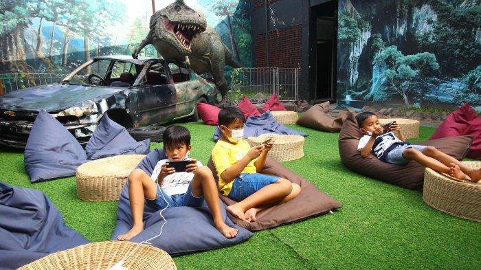 Serunya Sensasi Makan Bersama Sambil Ditemani Dinosourus
