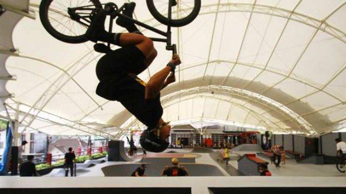 Rider BMX melakukan trik di Apocalyse Skatepark