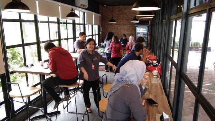 Nongkrong Di Riders Cafe Nyaman Sambil Servis Motor Ada Ayam Geprek, Teriyaki dan Nasi Campur