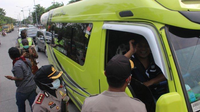 Polisi Himbau Wisatawan Yang Menuju Madura Untuk Kembali Pengunjung Periksa di Gerbang Suramadu