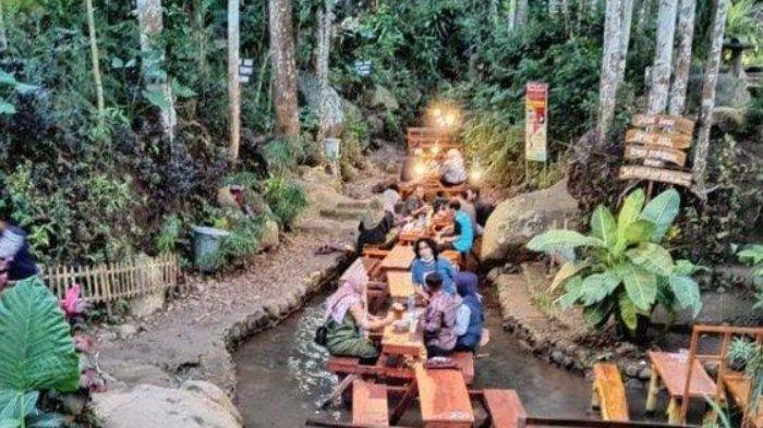 Nongkrong Sambil Makan-makan di Tengah Sungai di Sumber Biru Jombang