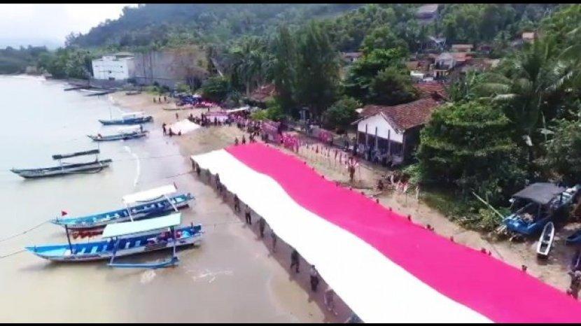 Bangkitkan Pariwisata Bendera Merah Putih Raksasa Dibentangkan Di Pantai Trenggalek