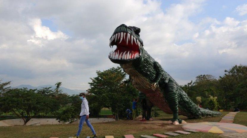 Wisata Edukasi TPA Pakusari Jember Ada Replika Dinosourus Dari Ban Bekas