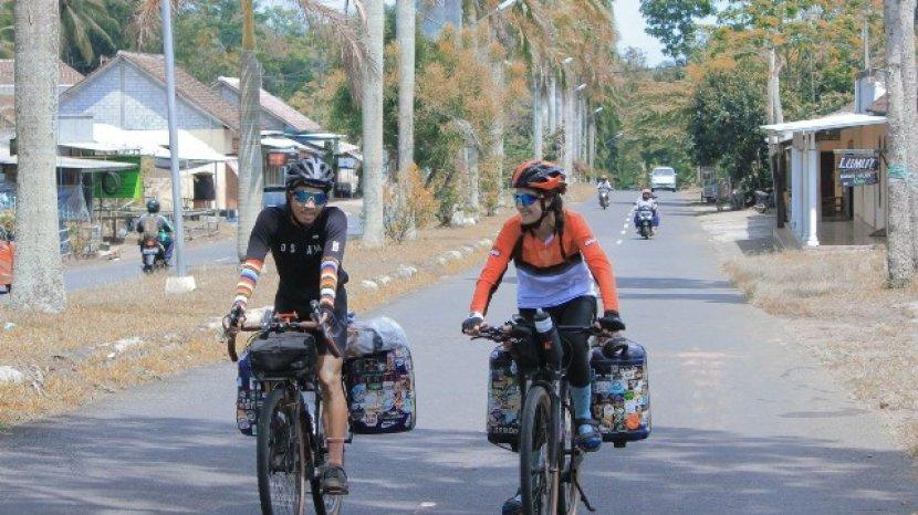 Cara Unik Menikmati Keindahan Indonesia Maia Dan Rafli, Setahun Keliling Indonesia Pakai Sepeda