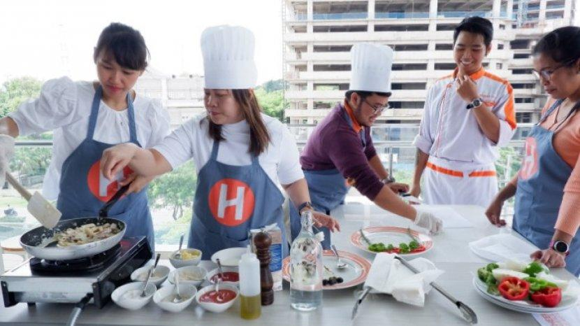 "Masak Bareng Chef ""Juna""-nya Hotel Harris Bundaran Satelit Surabaya. Seru Memasaknya secara Estafet"