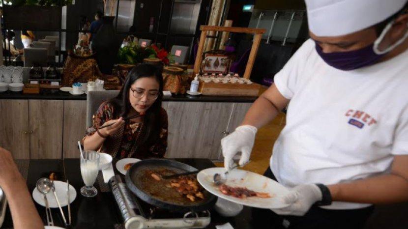 Serunya Ramai-ramai Menyantap Hidangan Steamboat and Grill di Quest Hotel Darmo Surabaya