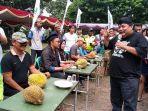 makan-durian.jpg