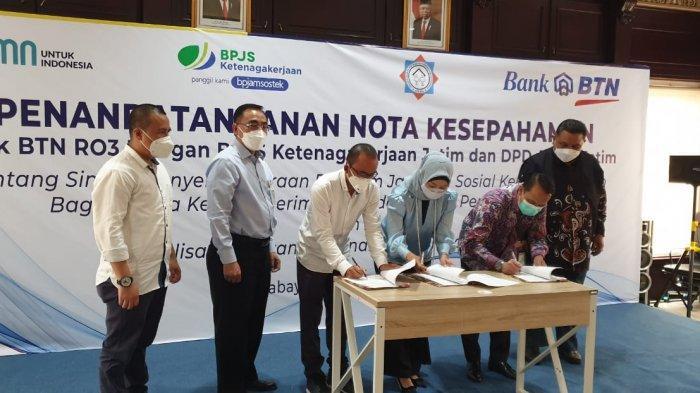 Penandatanganan nota kesepahaman oleh Iriska Dewayani E, Kepala Kanwil III Bank BTN; Deny Yus Yulian, Kepala Wilayah Jawa Timur BPJS Ketenagakerjaan di Aula Bank BTN Kantor Wilayah III di Kota Surabaya, Kamis (16/9/2021).