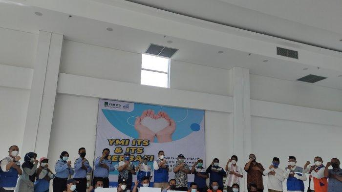 YMI Salurkan Bantuan Paket Sembako Kepada 267 Pekerja Lepas ITS