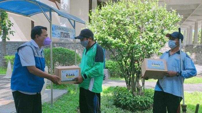 Pemberian bantuan dari YMI ITS secara simbolis untuk 267 pekerja lepas, tenaga Satuan Keamanan Kampus (SKK) dan petugas harian Masjid Manarul Ilmi, Jumat (17/9/2021).