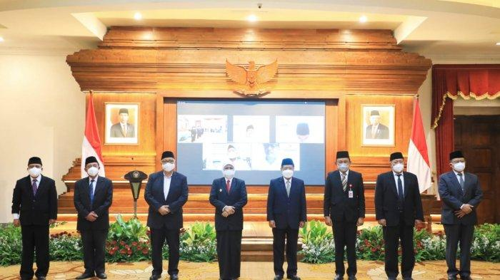 Gubernur Jawa Timur Khofifah Indar Parawansa melantik jajaran pengurus Badan Amil Zakat Nasional (Baznas) Jawa Timur periode 2021-2026 di Gedung Negara Grahadi, Senin (23/8/2021). (Fatimatuz Zahroh)