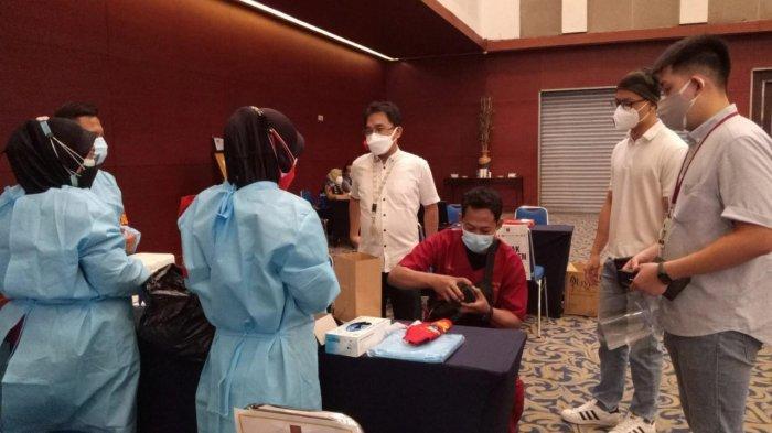 Felix Pasila (berbaju putih), Dosen Teknik Elektro UK Petra saat memberikan Clippo kepada tenaga kesehatan dan tim vaksinator yang bertugas dalam kegiatan vaksinasi massal di Grand City Surabaya,  Selasa (3/7/2021).