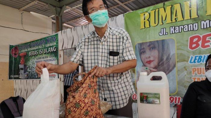 Owner Rumah Pangan Kita, Hason Sitorus menunjukkan perbedaan beras cokelat dengan berat lainnya dan kemasan ramah lingkungan