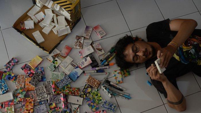 Kenang Sang Ayah, Seniman Alfajr Xgo Bikin Doodle Art dengan Media Bungkus Rokok