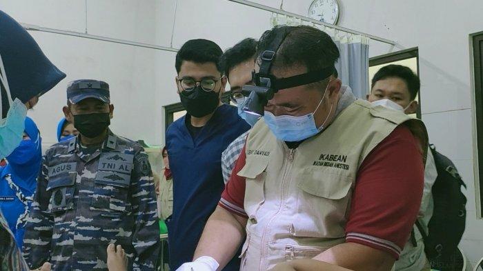 Kadiskesal Laksamana Pertama TNI dr Agus Guntoro Sp Bs melihat proses khitan massal di RSAL Dr Ramelan, Sabtu (9/10/2021).