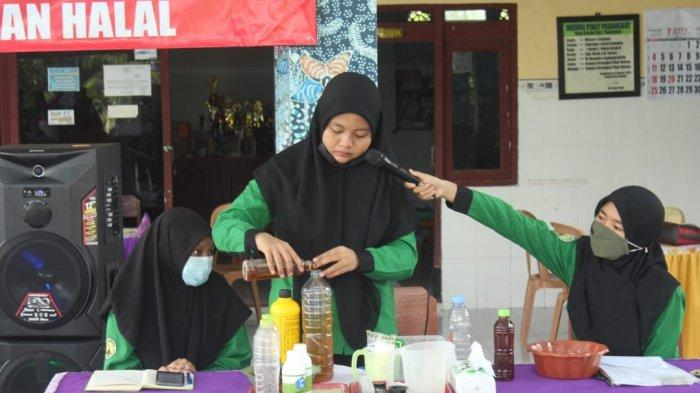 Mahasiswi UTM Latih Masyarakat Bunder Pamekasan Buat Pupuk Organik dari Kulit Pisang