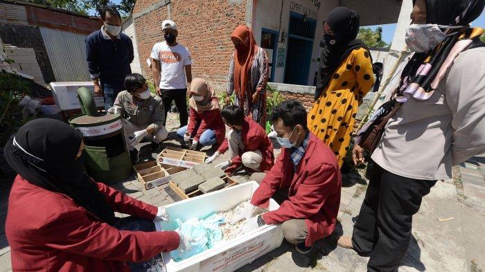 Begini Cara UM Surabaya Olah Limbah Masker dan Cangkang Kerang  di Pesisir Surabaya