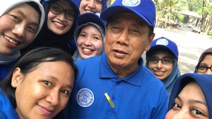 Prof dr Suhatno SpOG(K)-Onk semasa hidup (berbaju biru)