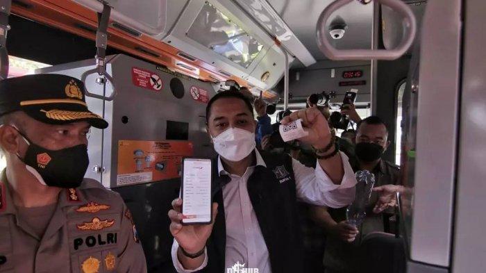Masyarakat bisa membayar dengan uang non-tunai untuk naik Suroboyo Bus.