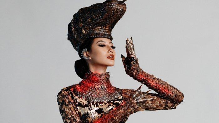 Terdiri dari Ribuan Keping Logam, Kostum Nasional Komodo Dapat Sorotan pada Ajang Miss Universe 2021