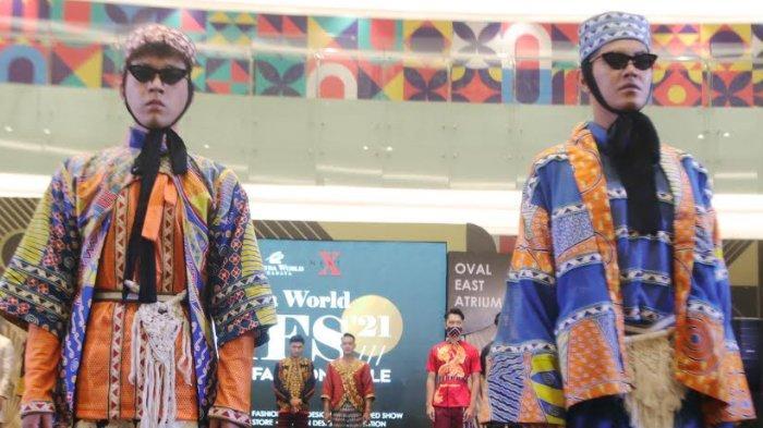 Desainer Kakak-Adik Percaya Diri Tampilkan Batik Tabrak Warna untuk Pasar Global