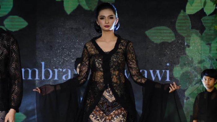 Terinspirasi Lagu Lathi, Desainer Embran Nawawi Pamerkan Koleksi Mystical Elegance of East Java