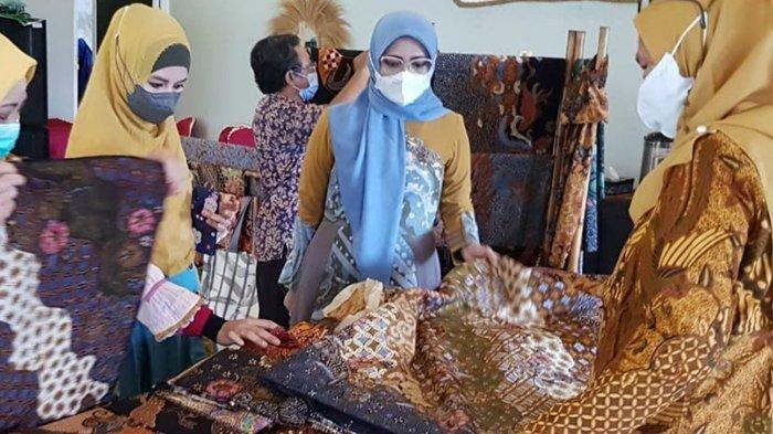 Desainer Busana Muslim Lia Afif Kesengsem Keindahan Batik Khas Tulungagung