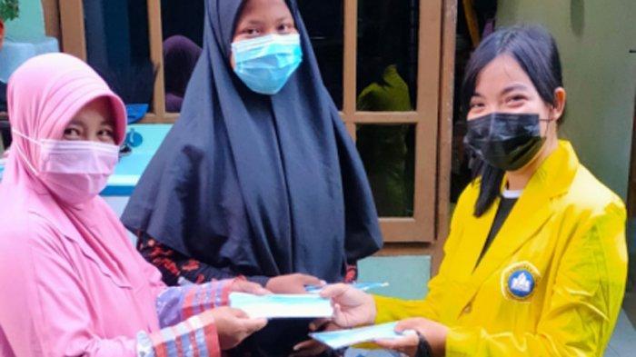 Peduli Kesehatan dan Lingkungan di Masa Covid-19, Mahasiswa UKDC Bagi Masker dan Tempat Sampah