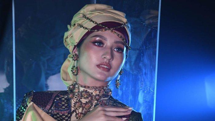 Tampil Warm Bold Saat Idulfitri dengan Make Up Middle East