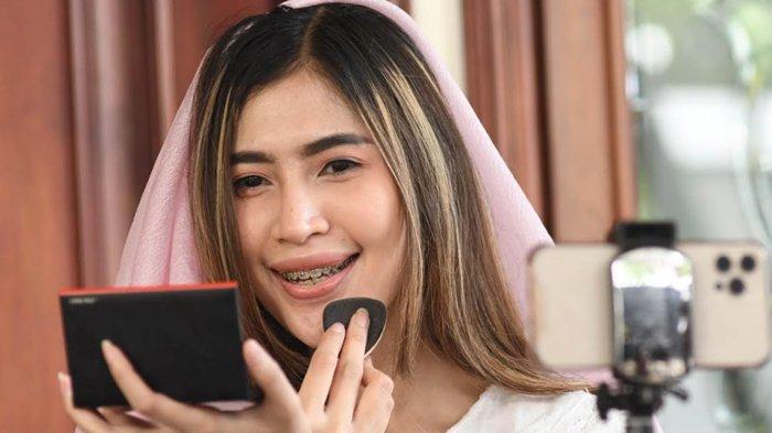 Natural Soft Pink, Make Up Andalan Nunky Putri untuk Silaturahmi Virtual saat Idulfitri