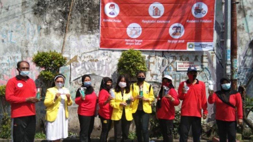 Mahasiswa UKDC Bagi Masker dan Hand Sanitizer di Kampung Padat Penduduk Putat Jaya