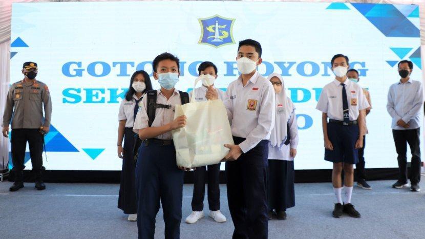 Siswa SD-SMP di Surabaya Kumpulkan Rp1 Miliar dan 134 Ton Beras Untuk Tangani Covid-19