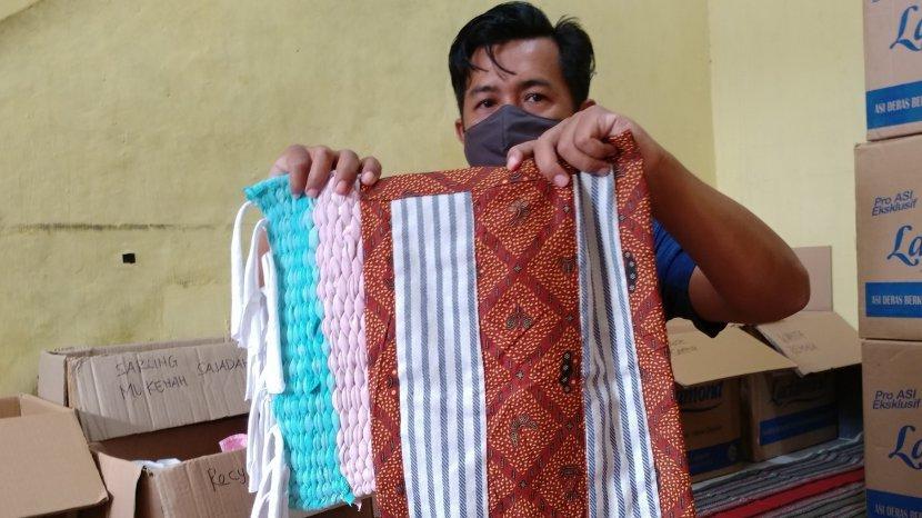 Cara Mendaur Ulang Pakaian Bekas Jadi Keset ala Bank Klambi Sobung Sarka