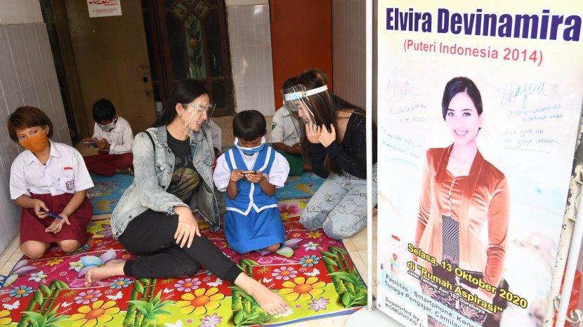 Elvira Devinamira Gandeng Komunitas Tolong Menolong Dirikan Sekolah Online Gratis