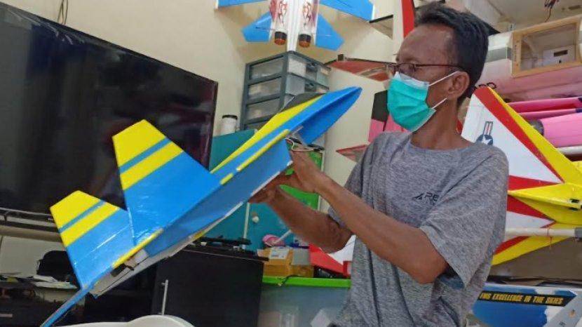Kehilangan Pekerjaan, Puguh Tekuni Bisnis Pesawat Aeromodeling