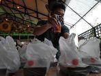 Penjual-Jamu-di-Kawasan-Elit-Surabaya-Tergerak-Bagikan-Bantuan-Bagi-Warga-Isoman.jpg